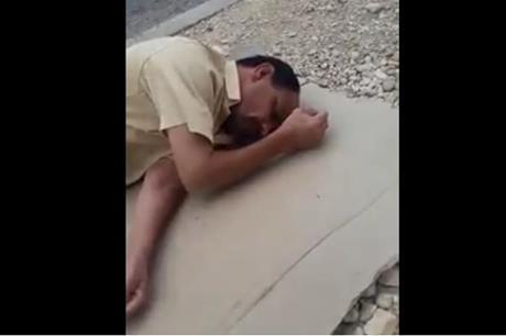 حقيقة نوم مريض أمام مستشفى الكرك – فيديو