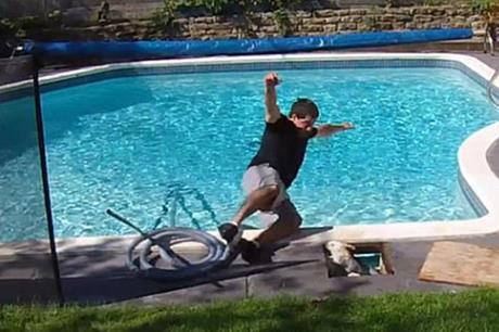 رجل يصاب بالصدمة لما وجده في حمام السباحة !