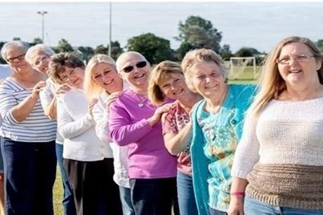 10 نساء من عائلة واحدة يحتفلن بالشفاء من السرطان