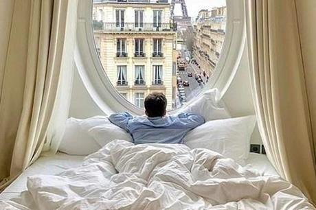يجني آلاف الدولارات من الإقامة في الفنادق الفاخرة